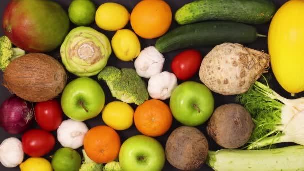 Černý stůl plný čerstvého a zdravého ovoce a zeleniny. Zastavit pohyb