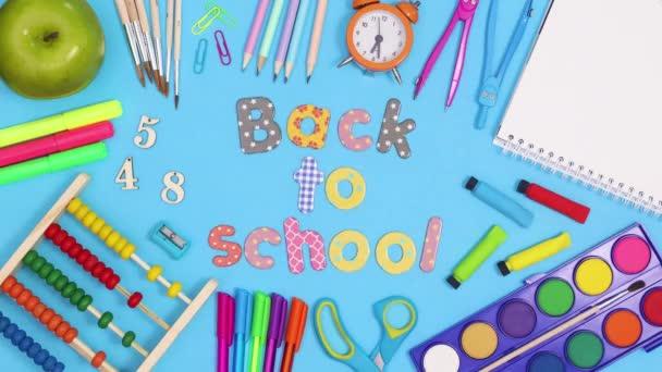Vissza az iskolába az iskolai papírból készült keretbe. Állj!