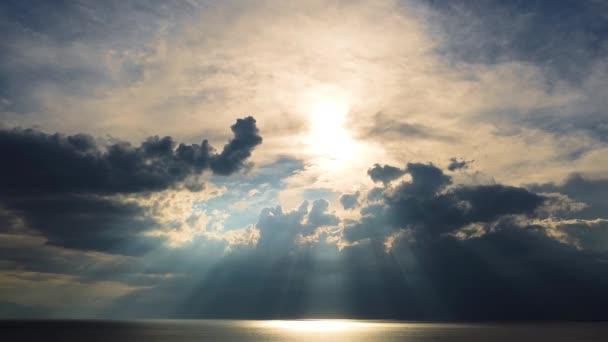 Úžasný západ slunce za mraky nad širým mořem a pláží. Letecký pohled