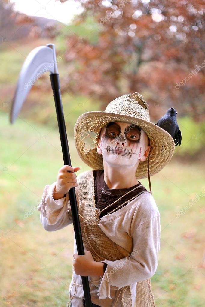 Nio vestido de espantapjaros miedo disfraces de Halloween Fotos