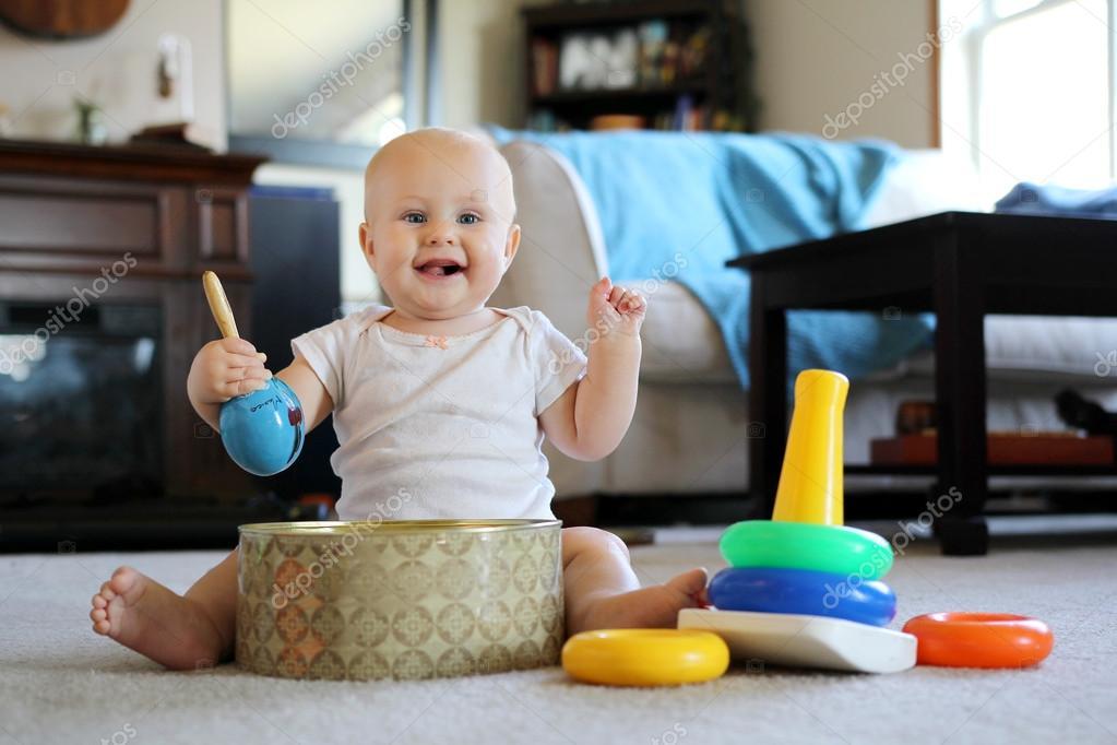 Juguetes Bebe De 8 Meses.Bebe Feliz Jugando Con Los Juguetes De La Musica En Casa