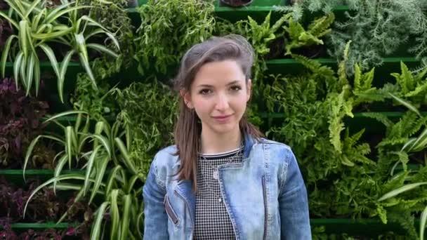 Portrét mladé brunetky v džínové bundě