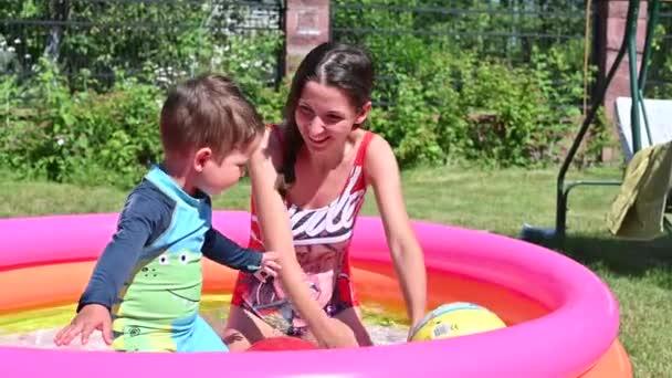 Matka a dítě uniknout z horka v bazénu