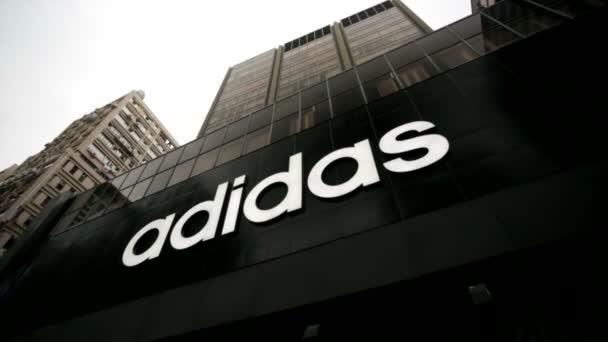 Adidas boltban a Hong Kong-ban