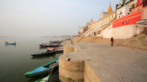 Řeka Ganga s čluny a svaté Ghát