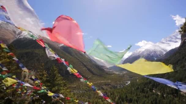 Modlitební praporky a sněhu hory