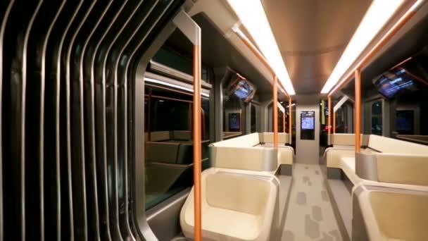 Interiér moderní městské tramvaje