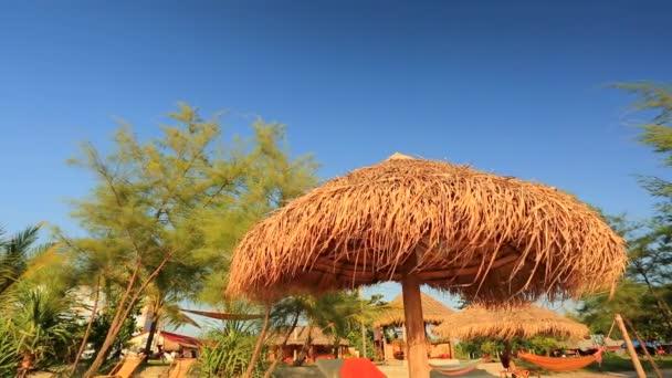 slaměné slunečníky na pláži