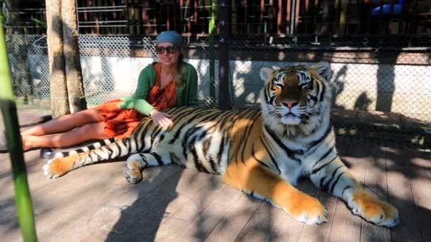 Žena, mazlit se tygr