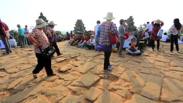 Turisté obdivovat krásné scenérie v Phnom Bakheng temple