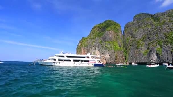 Lodě s turisty v Maya bay