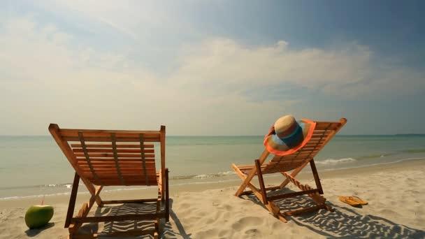 Lehátky na tropické pláži