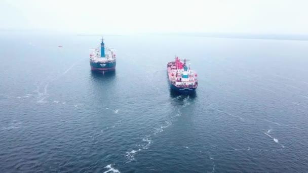 suchá nákladní loď přepravuje obilí na moři