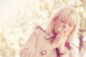 Starší žena alergií na pyl