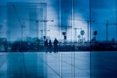 Silueta jeřáb skupiny prostřednictvím skleněné tvárnice