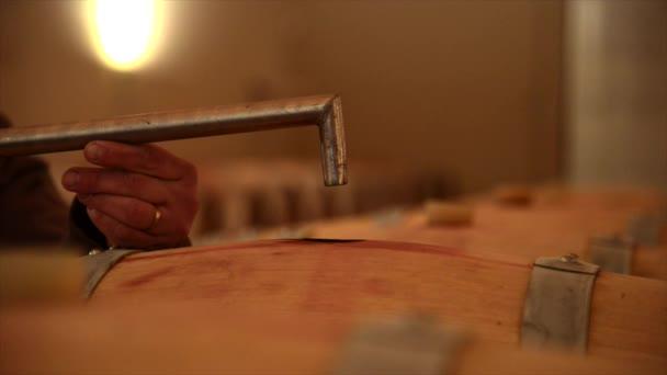 Stáčení vína ve sklepě za barel