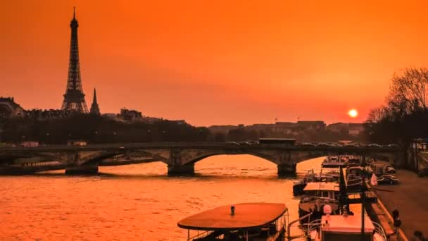 Čas zanikla-Paris Night-turistické lodě plující na Seině