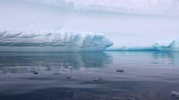 Segeln an einem Eisberg schwimmend