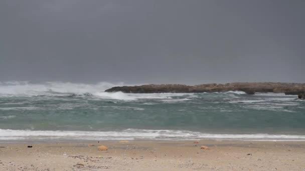 Hullámok gördülő üres strandon