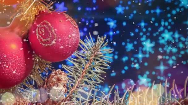 Vánoční dekorace pohybu pozadí s padajícím sněhem. Novoroční video karta k otevření videa.