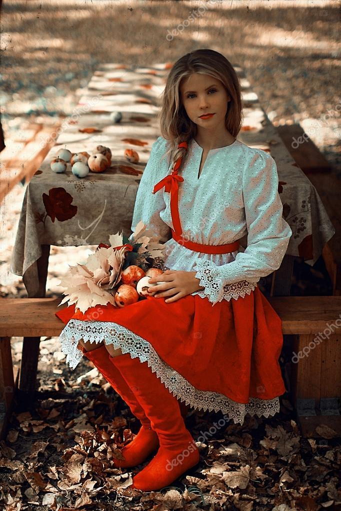Schone Frau In Russischer Tracht Stockfoto C Estetika Foto 91847658