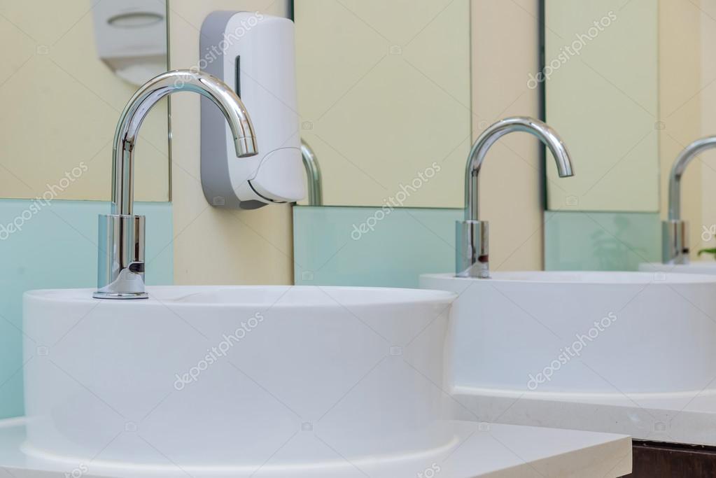 Weiß Waschbecken Im Badezimmer Interieur Mit Granit Fliesen U2014 Stockfoto