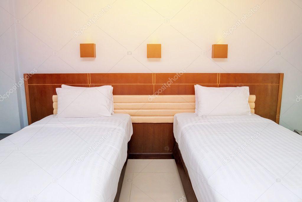 Camera da letto con letto e i cuscini per il relax — Foto Stock ...