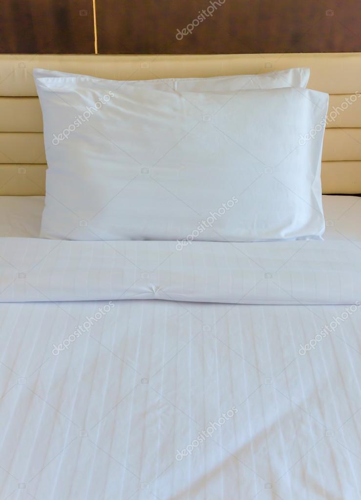 Camera da letto con letto e i cuscini per il relax — Foto ...