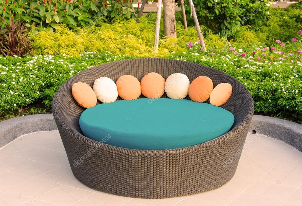 muebles sillón de mimbre en jardín — Fotos de Stock © casanowe1 ...