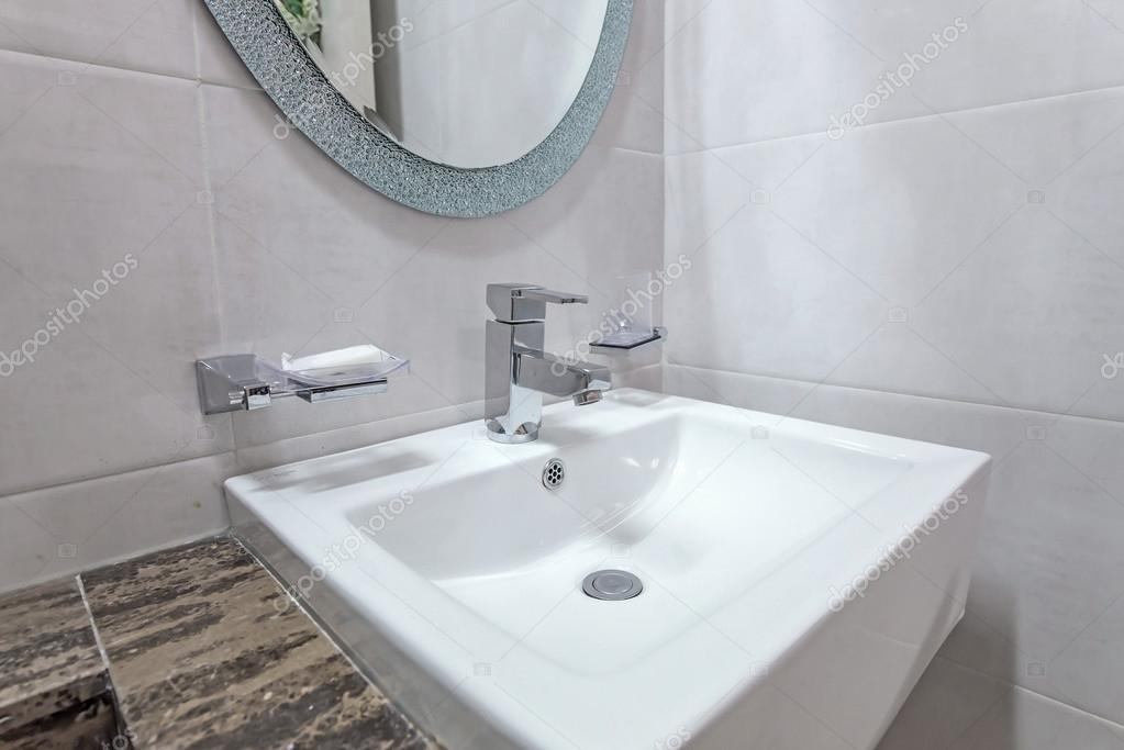 Bagni Con Piastrelle Bianchi : Bacini di bianchi nell interiore della stanza da bagno con