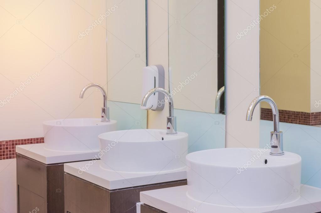 witte bekkens in badkamer interieur met graniet tegels — Stockfoto ...