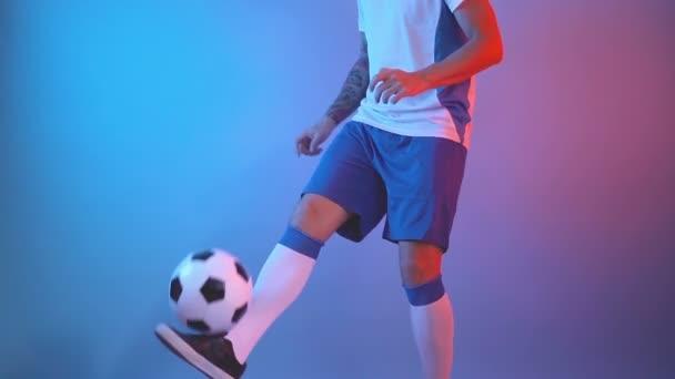 Boční profil pohled na freestyle fotbalista žonglování fotbalový míč s nohama, close shot