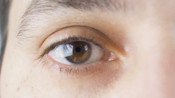 Detail mladého muže hnědé oko