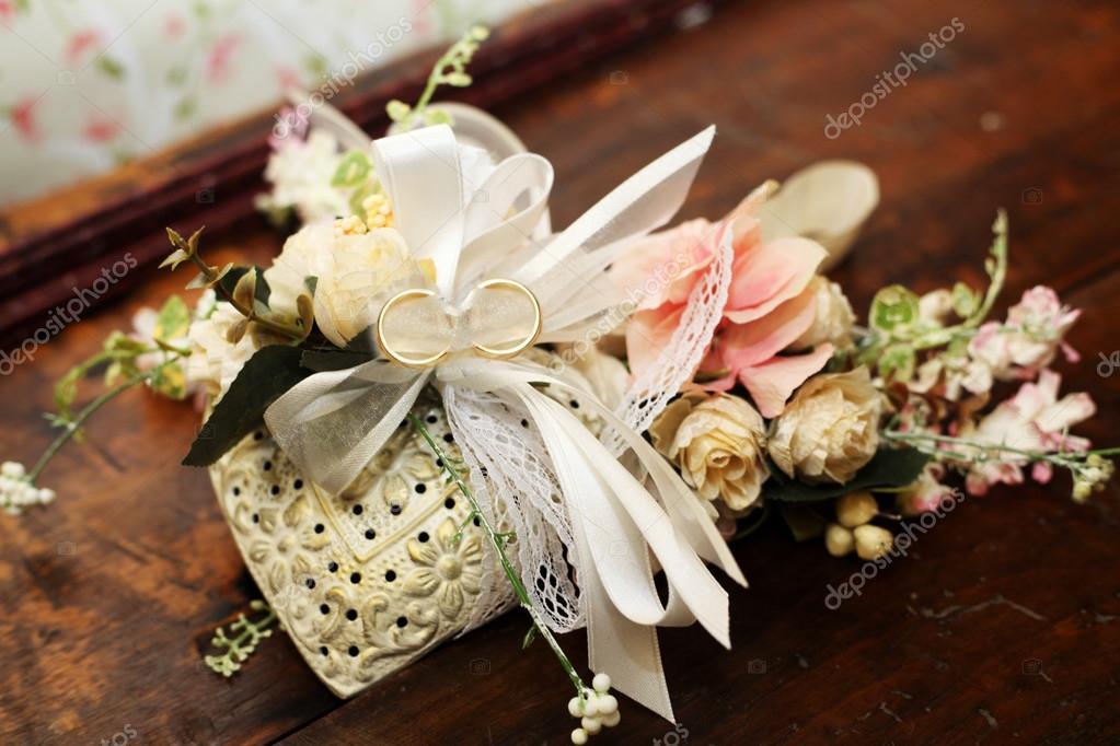 Decorazione cuore di stoffa con fiori e fedi shabby chic for Fiori di stoffa shabby chic