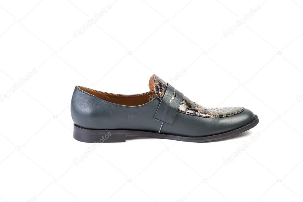 110acb99e1 Zapatos verde sobre un fondo blanco, elegante calzado, venta online — Fotos  de Stock