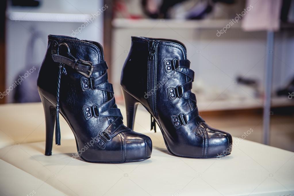 fdc4ccdc Otoño botas de mujer, zapatos con estilo italianos — Foto de stock ...