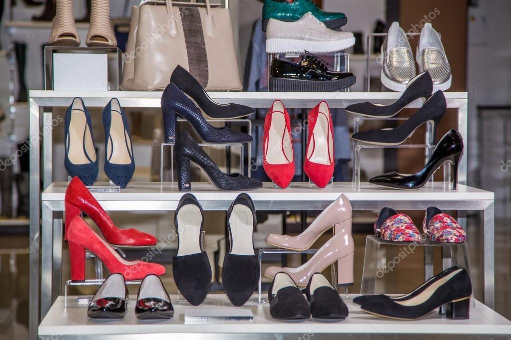 14e1d77d3f2d1f Великий вибір жіночого взуття на полиці в магазині– стокове зображення