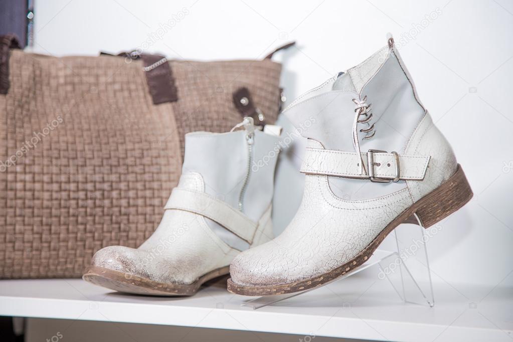 Dámské Jarní boty jsou na polici — Stock Fotografie © SergANTstar ... 4968703712