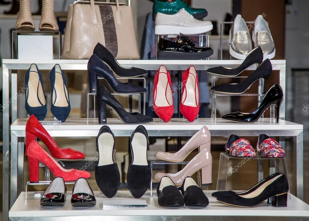 25bdf5e0b1a2 Большой выбор женской обуви на полке в магазине — Стоковое фото ...