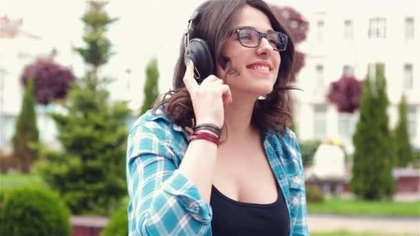 Dívka poslouchající hudbu v parku