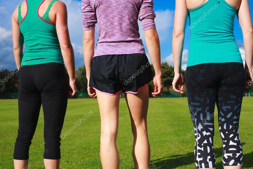 78758fa39ff Tři ženy nosí sportovní oblečení v parku — Stock Fotografie ...