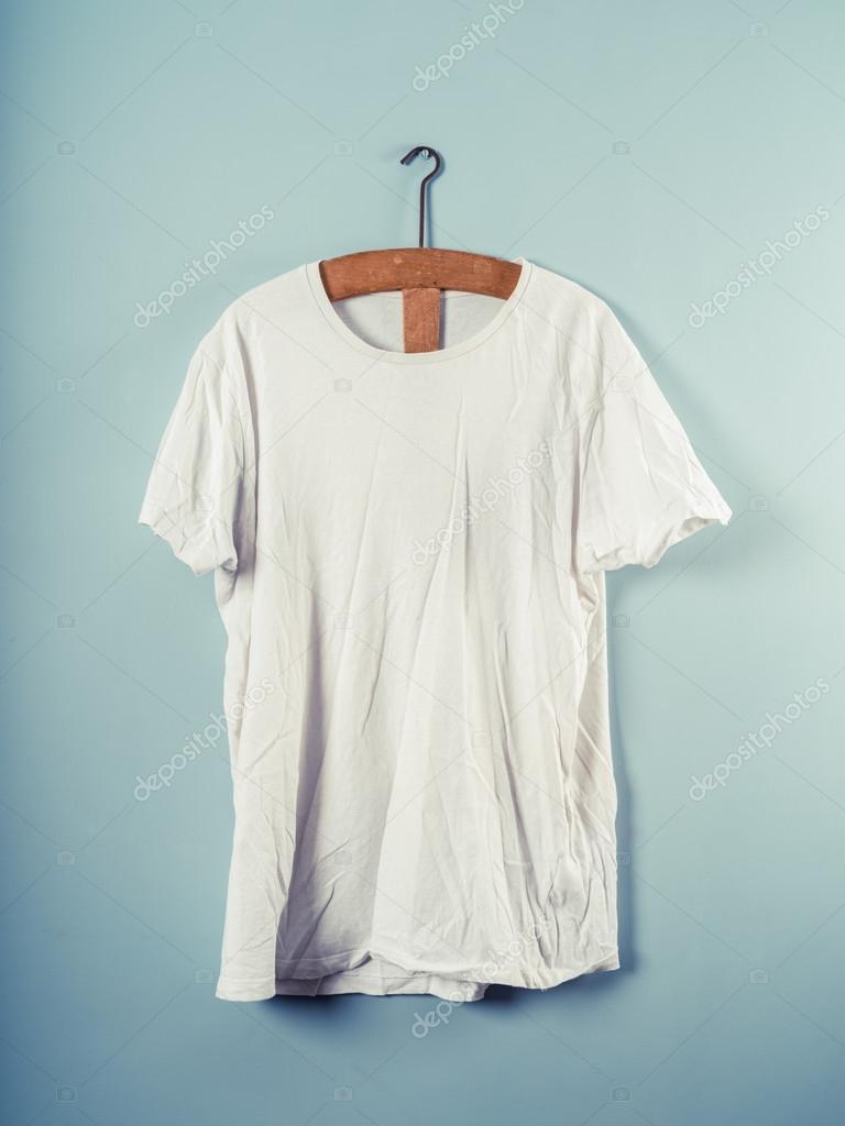 Weißes T-shirt und hölzernen Kleiderbügel — Stockfoto © lofilolo ...