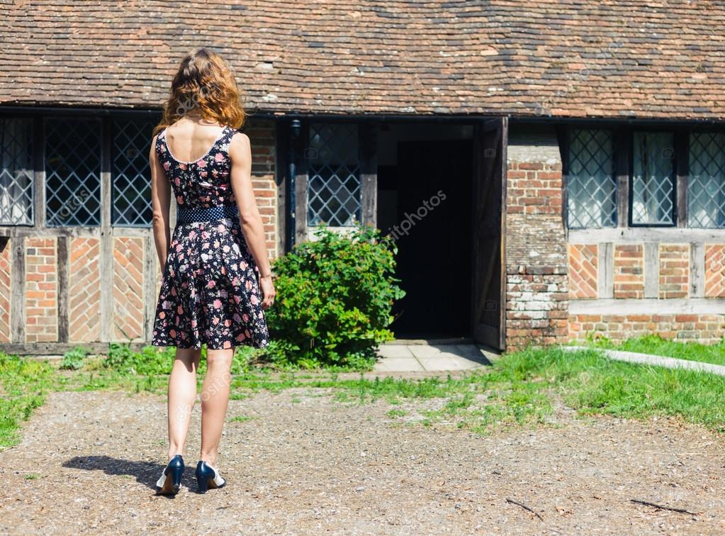 Giovane donna all 39 esterno della casa di campagna foto for Piani di casa di 1900 piedi quadrati
