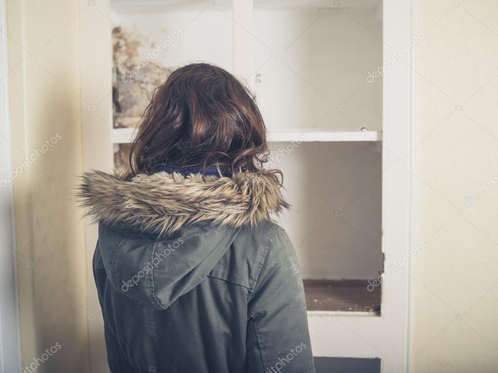 El Abrigo Mujer Buscando En Armario Viejo ZtTqZ1