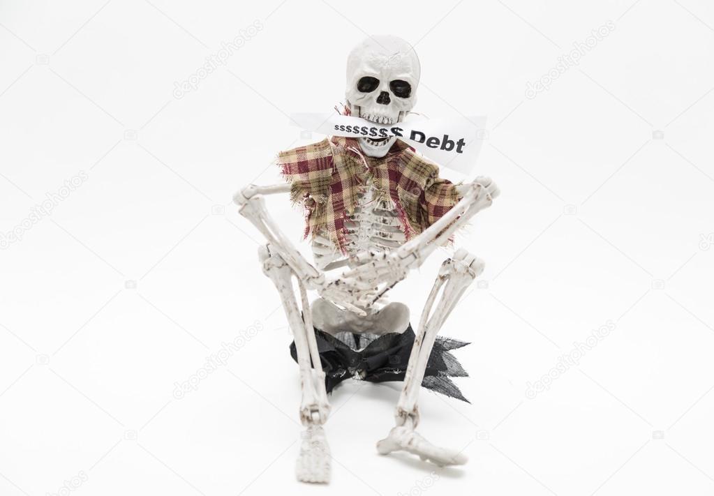 Esqueleto sentado y sosteniendo la etiqueta del mensaje en sus ...