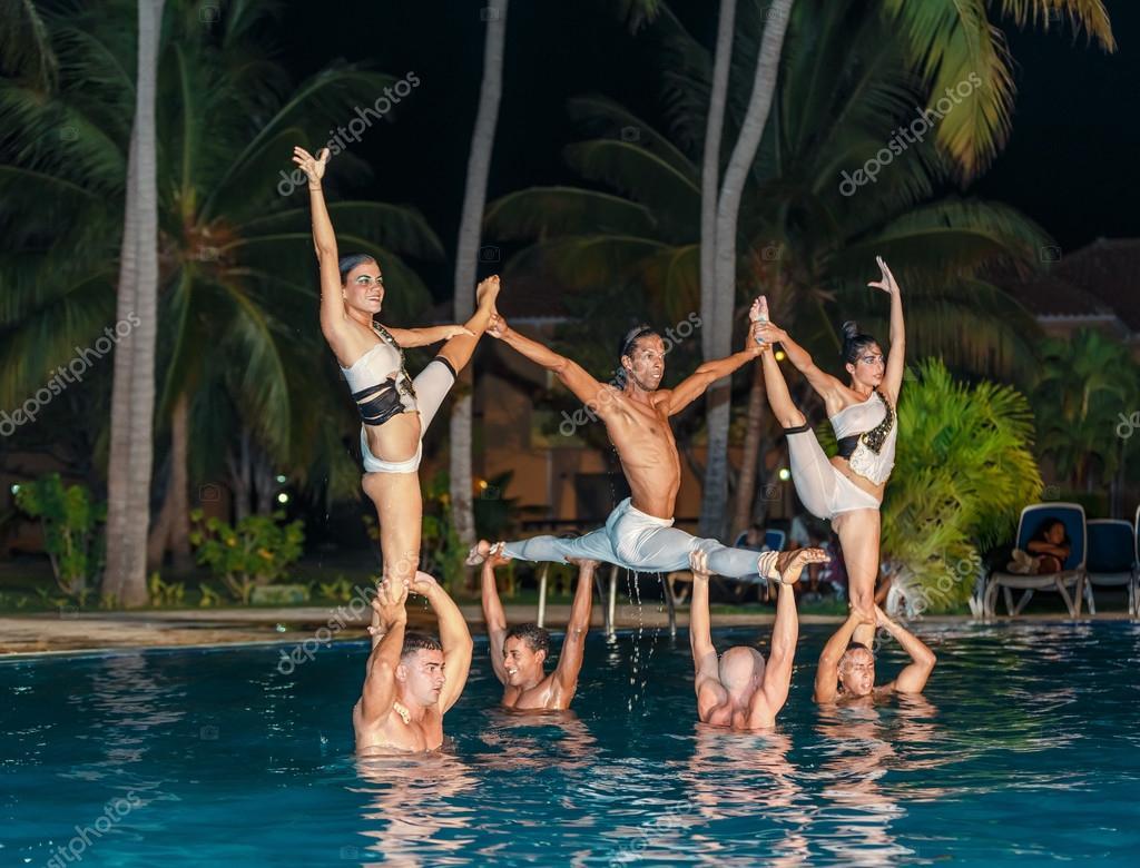 Professionelle Tänzer Durchführung Wasserspiele Im Schwimmbad (außen) U2014  Stockfoto