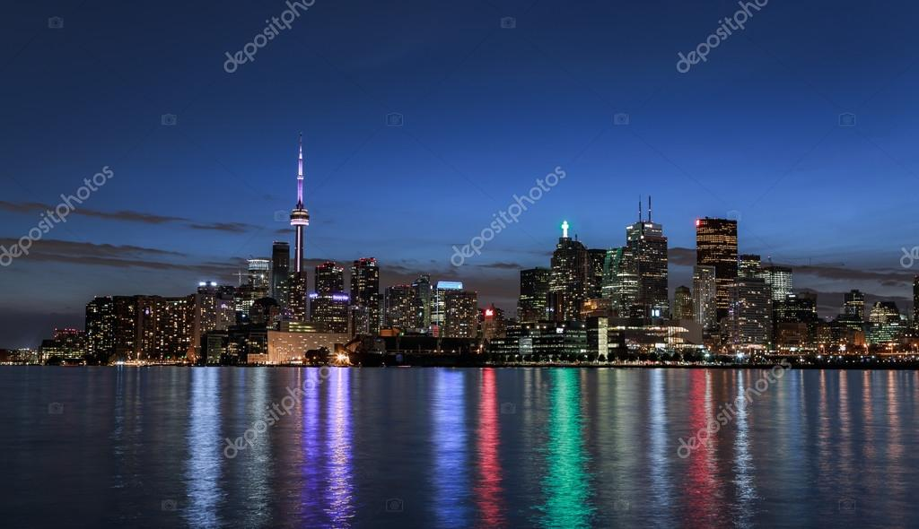 incredibile vista mozzafiato splendida bella notte orizzonte del centro di citt toronto dal lago ontario con colorati riflessi di luce in acqua u foto di