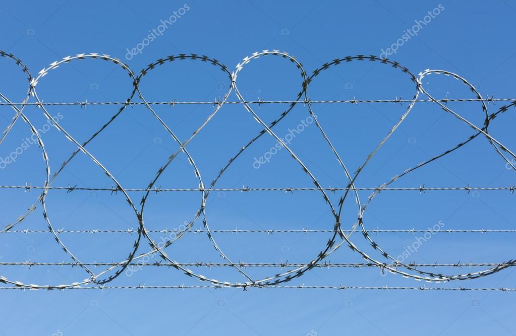 Stacheldraht und Rasiermesser Draht Sicherheitszaun — Stockfoto © sc ...