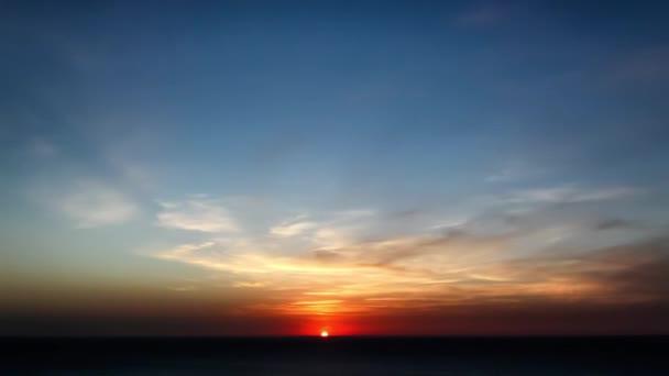 timelapse filmu mraků při západu slunce nad mořem