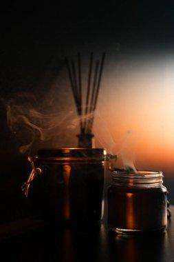 Sönmüş mum. Karanlık bir arka planda ev için mum aromasından çıkan duman. Sıcak ev rahatlama atmosferi konsepti. Rahatlama